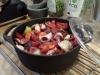 Sila av vinet och koka upp det. Lägg över allt i en gryta med lock. Häll över vinet och laga i ugnen på 98 grader i 4-5h.
