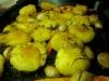 Platta till potäterna med en potatisstöt för att få mer stekyta!