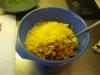 Vispa äggen lätt, blanda ner crèmefraiche, svampen, löken, den rivna osten samt gräslöken.